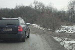 Blato na ceste. Vodičov ohrozuje znečistená vozovka.