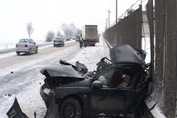 Nehoda pri letisku. Vodič opla prešiel do protismeru. Je vážne zranený.