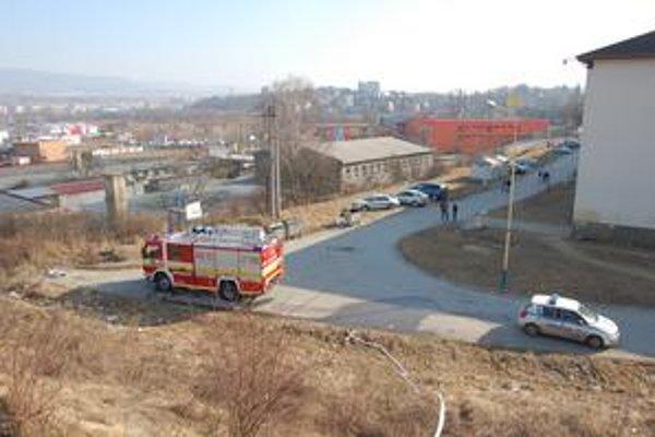 Hasičskú techniku museli strážiť mestskí policajti.