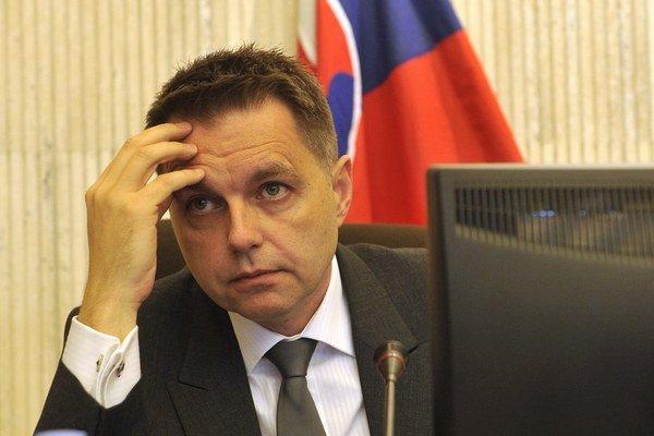 Minister financií Peter Kažimír má na stole kritiku z Bruselu.