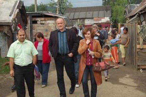 Minister. Michael Kocáb v rómskej osade v Jarovniciach.
