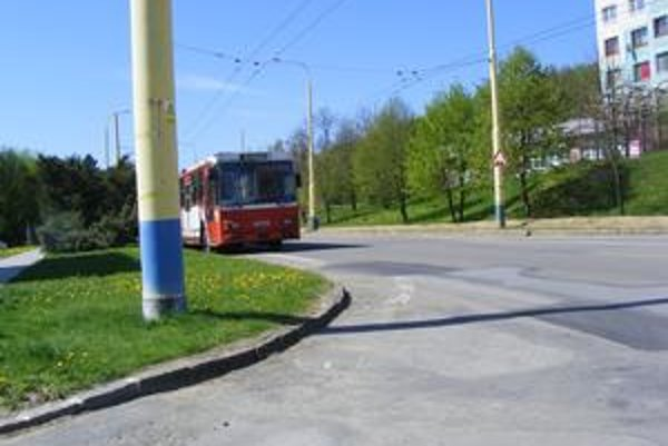 Trolejbusy. Stávajú aj na na hlavnej ceste.