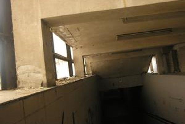 Pod oknom. Popísané steny a cigaretové ohorky nie sú ničím nezvyčajným.