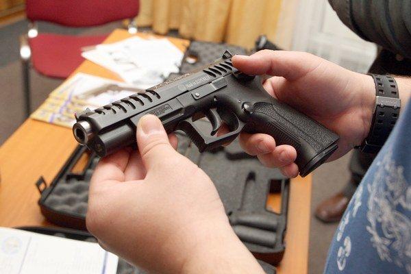Nelegálne držané zbrane môžu ľudia do konca mája priniesť na políciu.