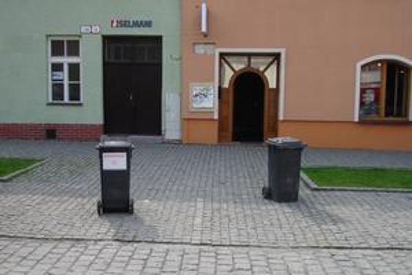 """Plastové odpadové koše s nápisom """"neparkovať"""" bránia vodičom v parkovaní."""