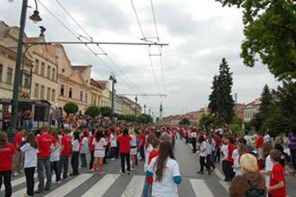Hlavná ulica. Spoje MHD ju obchádzali, tancovala sa štvorylka.