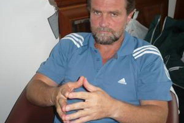 Rastislav Trtík. Tréner Tatrana pracuje aj na plátaní medzier.