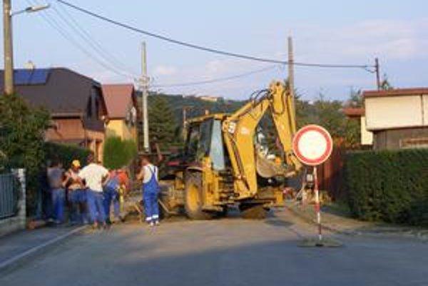 Rozkopávky vo Vranove. Pracuje sa na viacerých cestách a uliciach.