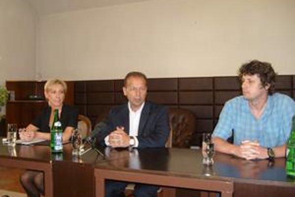 Deklarujú podporu vodným športom. Zľava I. Pronerová, P. Hagyari a P. Ružbarský.