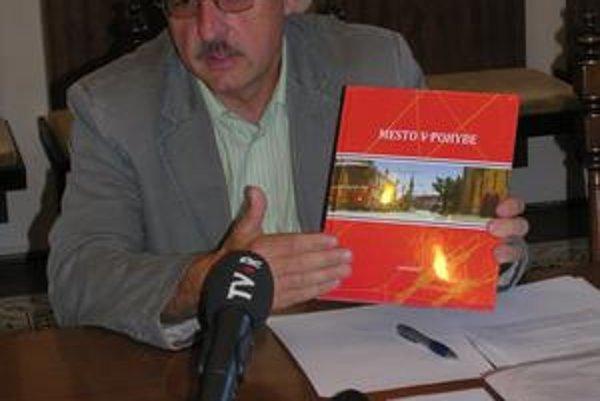 Peter Janus. Predstavuje novú publikáciu.
