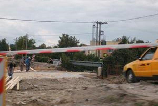 Cestári pracujú v ťažkých podmienkach za plnej premávky.