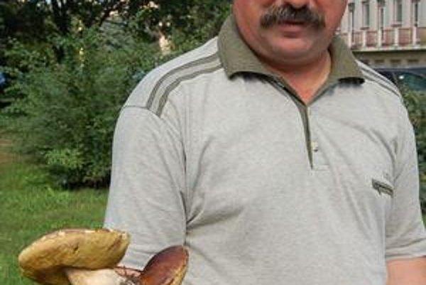 Anton Straka. Z nálezu zvláštne rastúcich húb sa potešil.