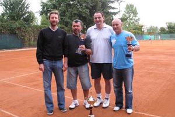 Daviscupový kapitán Miloš Mečíř (vľavo) zavítal medzi neregistrovaných tenistov.