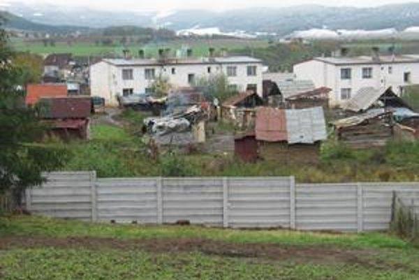 Stavbu bariéry si naplánovali už vlani, nálada v dedine je zlá. Za posledný rok tam zavraždili už dvoch ľudí.