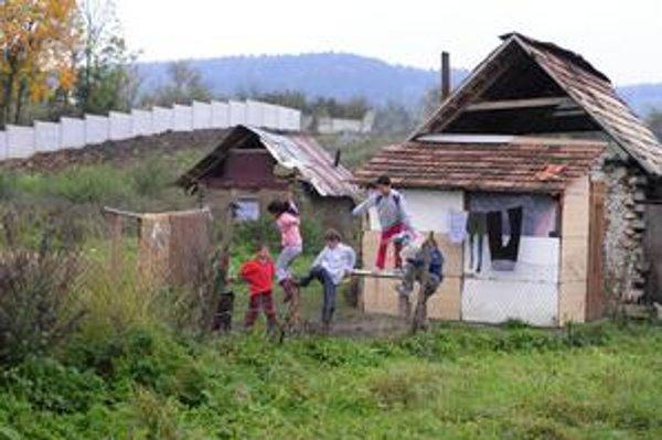 Betónový múr oddelil od obce aj rómske deti. Poslanec Štefan Kužma chce, aby za krádeže trestali už 14ročných. Okrem neho múr podporili aj obecní poslanci, za hlasoval aj Dezider Dužda.