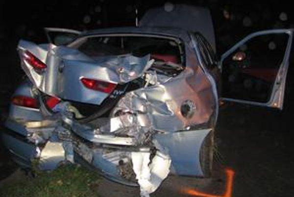 Zničené auto. Havaroval ním podgurážený vodič.