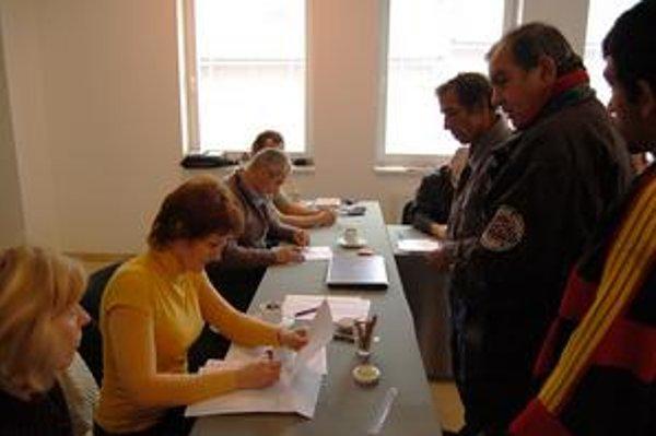 Do volebnej miestnosti v Ostrovanoch chodili voliči s ťahákmi,  na ktorých mali čísla kandidátov.