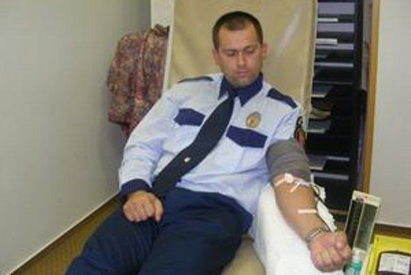 Policajt Pavol Leško. Krv daroval prvýkrát.