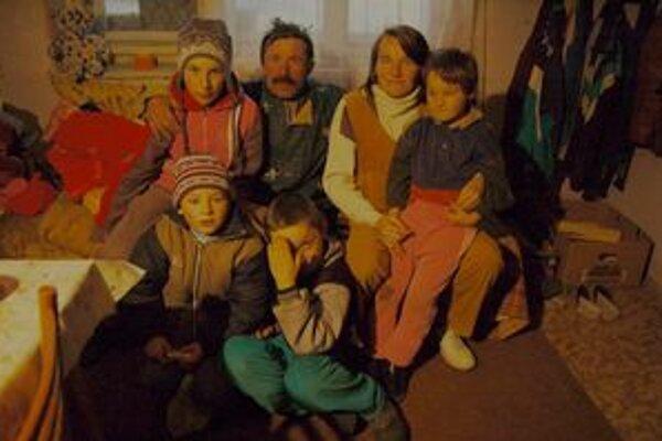 Rodina je v Krížovanoch opäť pohromade. Žiaľ, bez dvojčiat, ktoré pochovajú vo štvrtok.