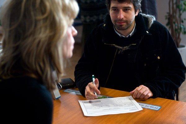 Pri žiadosti o pôžičku by banky mohli preverovať klientovv úverových registroch bez ich  súhlasu.