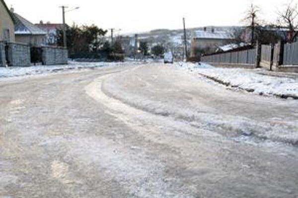 Zamrznutá voda vytekajúca z lesa vytvorila bariéru chodcom aj vodičom.