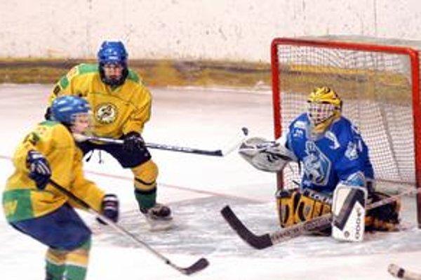 Lívia Lučová. Na snímke s Er. Rakovou (uprostred) dala jeden z dvoch prešovských gólov.