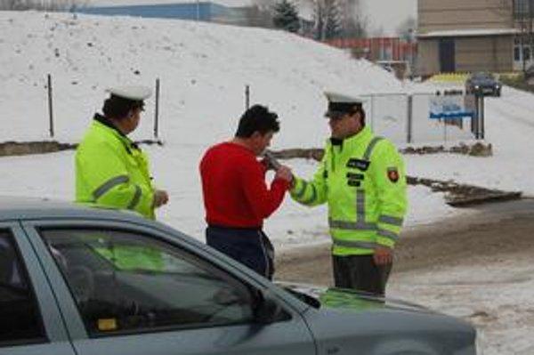 Na prešovských cestách sa fúkalo. Dopravní policajti si posvietili na vodičov.