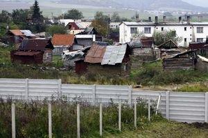 Kontroverzný múr v Ostrovanoch.