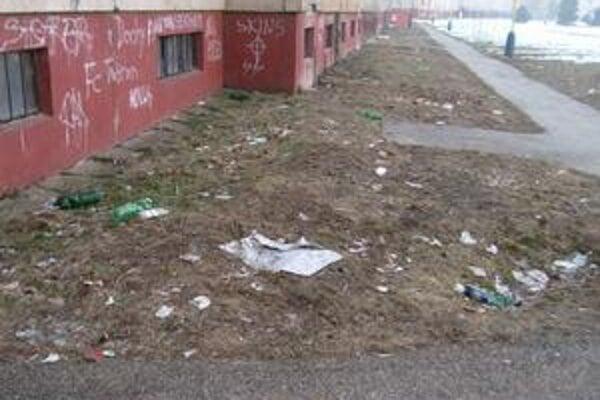 Vnútrobloky. Namiesto trávy je pod panelákmi smetisko.