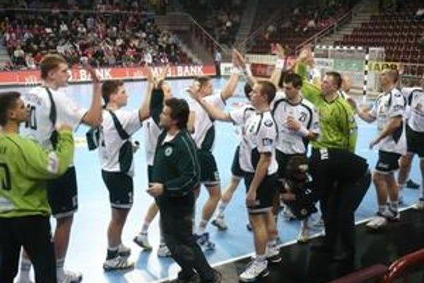 Predzápasový rituál. Tréner a hráči sa pred každým zápas aj takto burcujú.