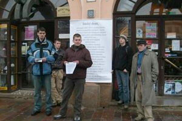 Protest pred Ruským domom. Aktivisti chcú, aby slúžil všetkým Rusínom.