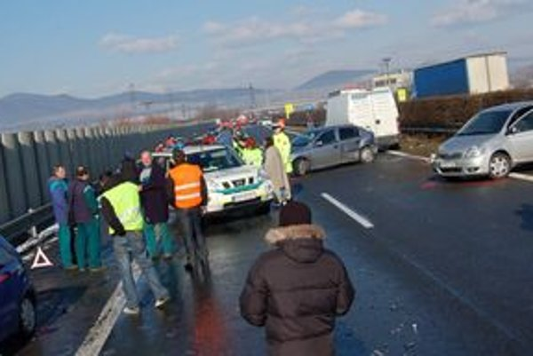 Po reťazovej havárii diaľnicu zablokovalo 25 áut. Ďalšie, menej poškodené, z miesta nehody odišli.