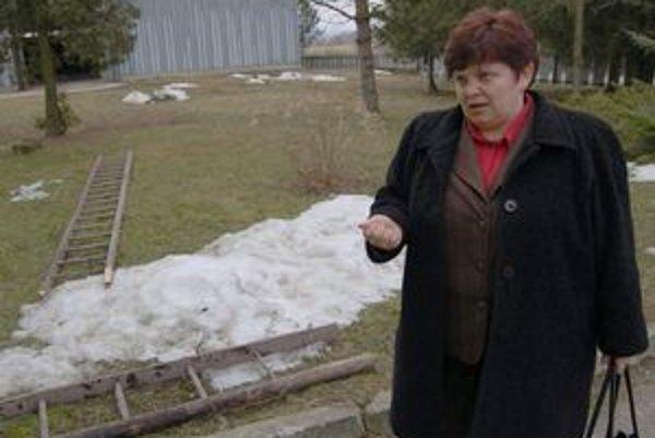 Zlomený rebrík. V. Sučková žiada jeho majiteľov o ohlásenie krádeže.