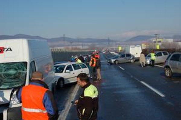 Reťazová havária. Vodiči vravia o neposypanej ceste pokrytej ľadom. Správca tvrdí, že cestu posypal, ale neskôr nastala inverzia.