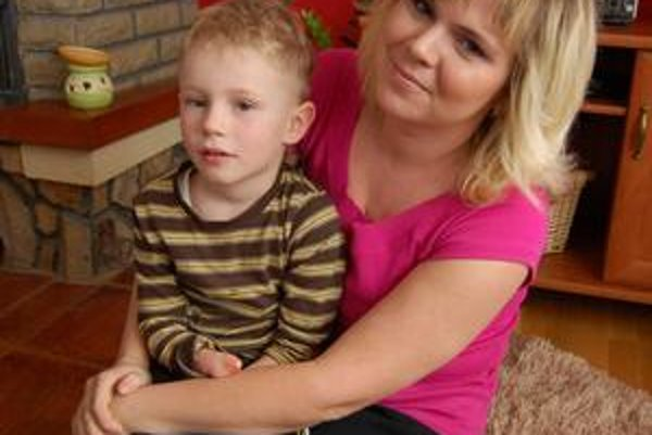 Simonko s mamou. Nemá vyvinuté ruky ani chodidlá. Napriek tomu nemá problémy s ničím.