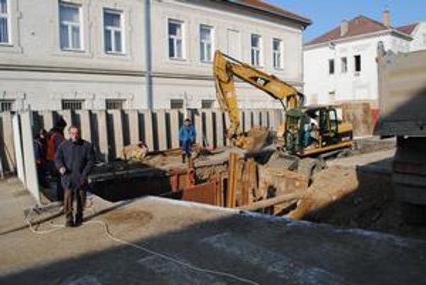 Rekonštrukcia. Na Vajanského opravujú kanalizačnú šachtu.