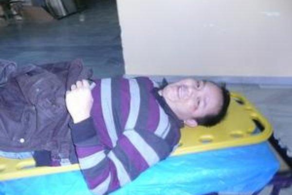 Zranený Vietnamec. Má údajne dolámané rebrá.