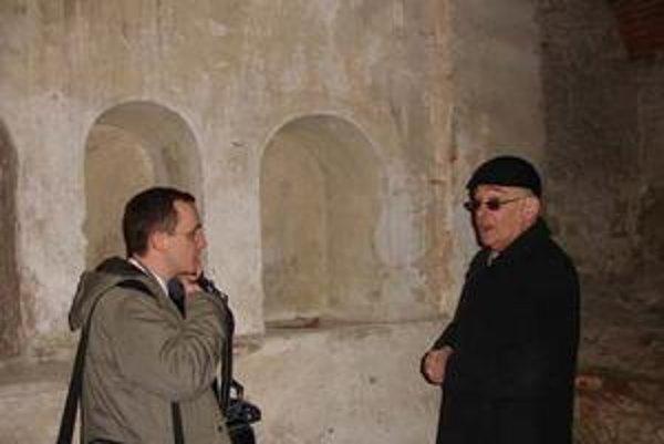 Steiner a Hudák, Pri prehliadke synagógy v bardejovskom suburbiu.