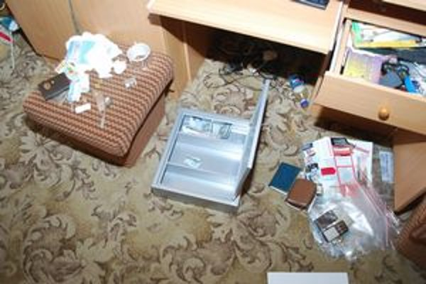 Predmety, zadržané pri razii, súvisia s drogovou trestnou činnosťou.