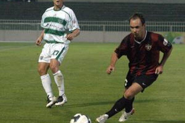 Michal Ščasný, obranca Tatrana (vľavo) si dnes do lopty asi nekopne.