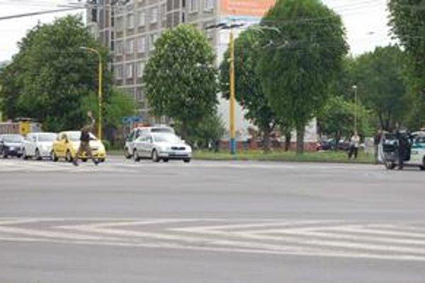 Križovatka na ulici Obrancov mieru. V sobotu vošli do cesty trolejbusu dvaja chodci.