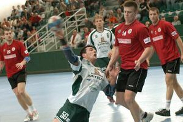 P. Dudáš (pri streľbe) patrí k pilierom obrany, ale vie dávať aj góly.