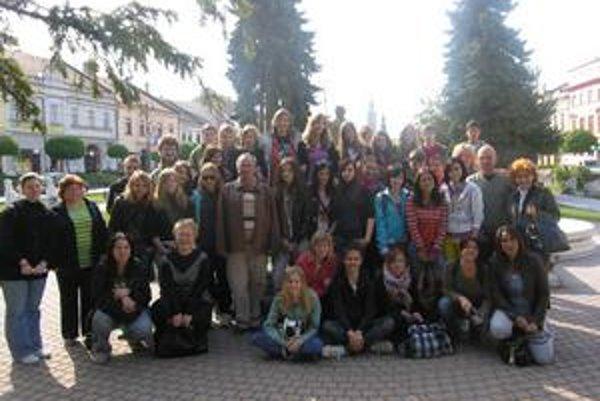 V meste. Celá skupina žiakov a učiteľov pri prehliadke mesta.