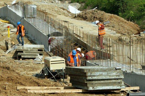 Niektoré stavebné firmy zamestnávajú ľudí legálne,iné načierno.