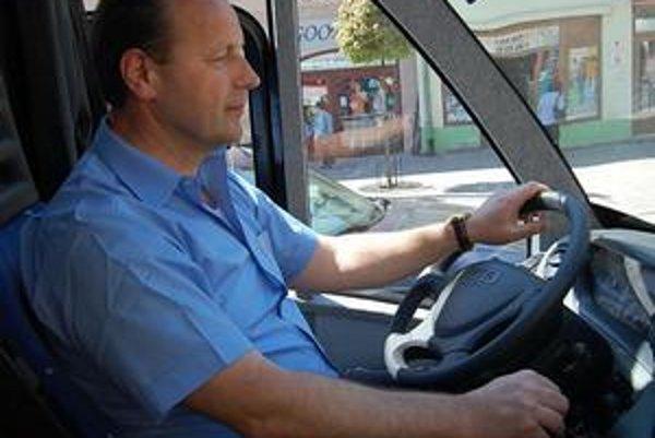 Šofér bez oprávnenia. Pavel Hagyari viezol pasažierov počas skúšobnej jazdy.