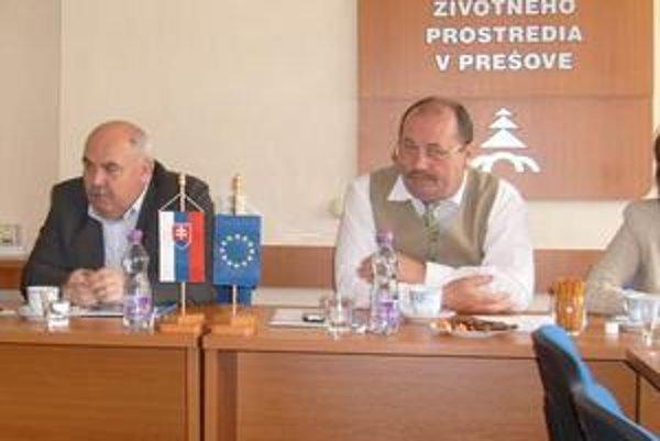Problematické. Krajský prednosta Václav Mihok (vpravo) tvrdí, že pôvodcom čiernych skládok sa vina dokazuje ťažko.