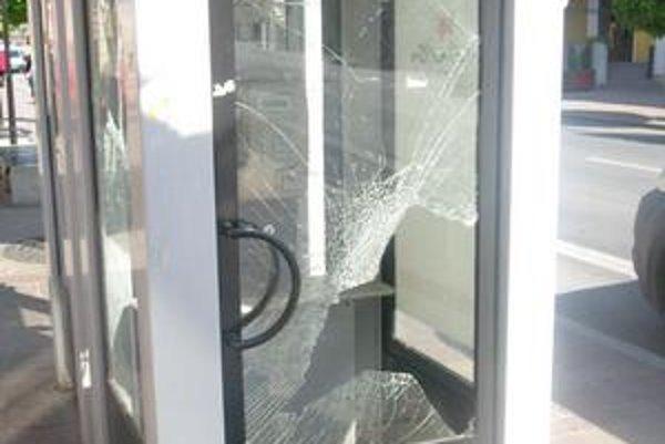 Centrum mesta. Rozbité telefónne automaty nie sú pre mesto dobrou vizitkou.