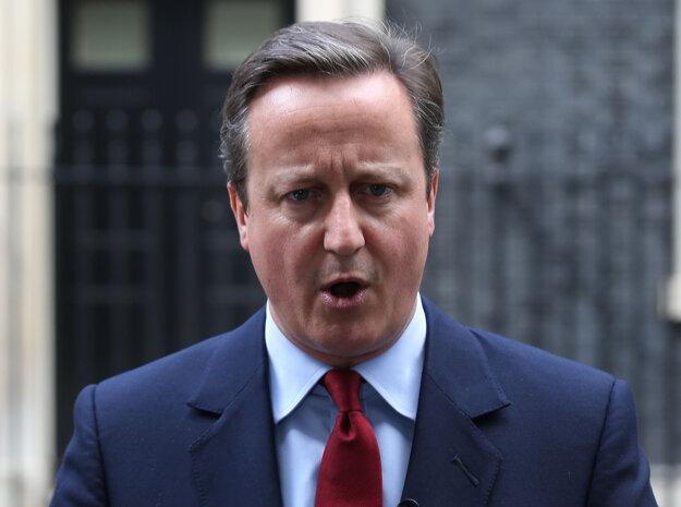 Britský premiér Cameron odstúpi v stredu, premiérkou bude Mayová.