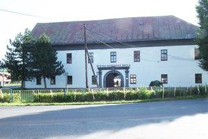Komposesorátny kaštieľ sa nachádza v strede dediny.