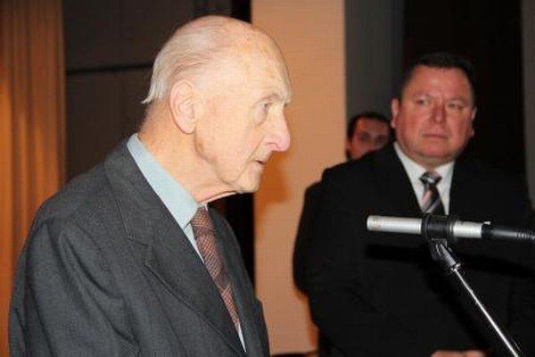 Básnik Mikuláš Kasarda.